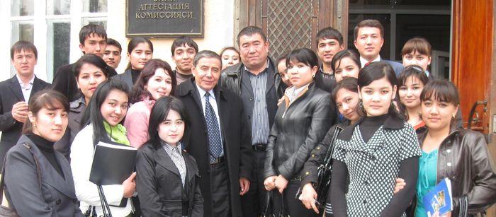 Ўткир Ҳошимов ва Тўлқин Эшбек 2009 й. талабалар даврасида